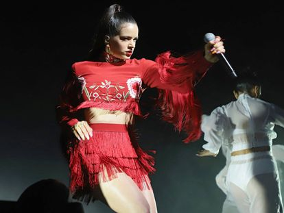 Rosalia, durante su actuación en los Grammy Latinos.