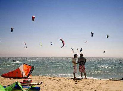 Agencias especializadas, como Mucho Viento, organizan viajes para practicar surf. En la fotografía, kitesurf en la playa de Valdevaqueros, en Cádiz.