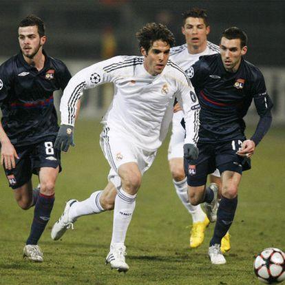 Dos jugadores del Olimpique de Lyon hostigan  a Kaká, que retiene demasiado el balón, detrás Cristiano Ronaldo