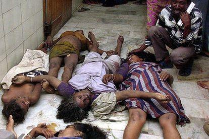 Un hombre llora al descubrir el cuerpo de su mujer en el depósito de cadáveres de un hospital de la ciudad india de Madrás.