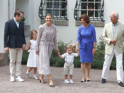 Carlos Gustavo y Silvia de Suecia con la heredera de la corona, la princesa Victoria, su esposo, el príncipe Daniel y sus dos hijos Estela y Óscar, en julio de 2018.
