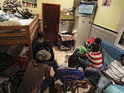 Sala en la que duermen seis de los 11 residentes en un piso del barrio de Lavapiés.