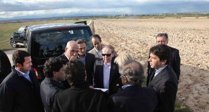 Sheldon Adelson, con gafas oscuras, rodeado de políticos madrileños en su visita a los terrenos de Alcorcón.