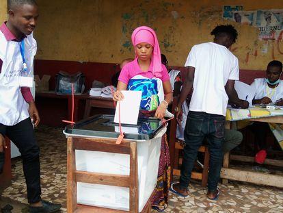 Una mujer introduce su voto en un colegio electoral de Conakri el 18 de octubre de 2020.