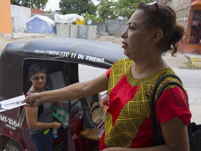 Felina Santiago, activista muxe, en campaña en Juchitán, Oaxaca.