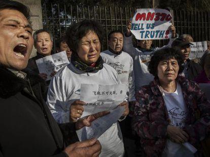 Familiares de las víctimas protestan ante la Embajada malasia en Pekín.