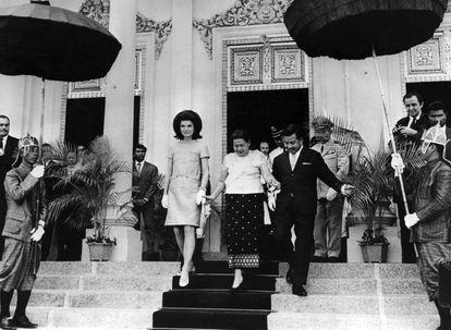 La reina Kossamak Nearireath (centro) baja los escalones, ayudada por Jackie Kennedy y el príncipe Norodom Sihanouk, el 8 de noviembre de 1967.