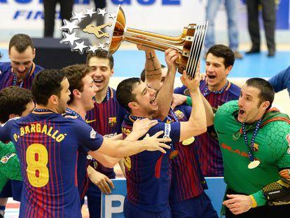 Los jugadores del Barça levantan el trofeo de campeones de Europa.