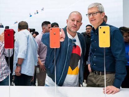 Jony Ive, jefe de diseño de Apple, junto a Tim Cook