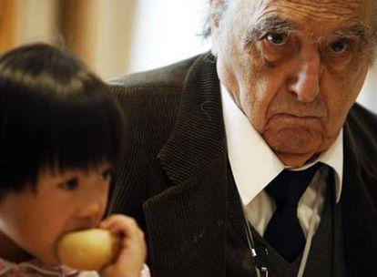 Rafael Sánchez Ferlosio con su nieta, ayer en Madrid.