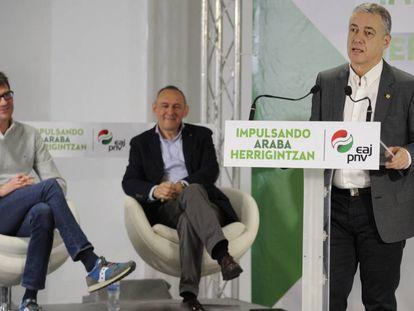 El lehendakari junto al diputado general de Álava, Ramiro González y el alcalde de Vitoria, Gorka Urtaran, con deportivas.