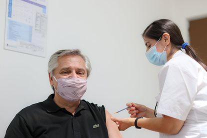 Alberto Fernández recibe la vacuna Sputnik V contra la covid-19, este jueves.