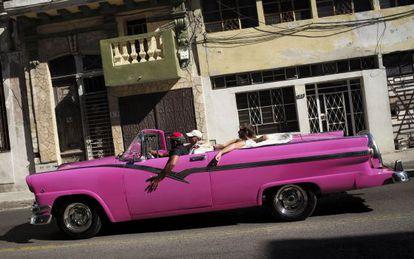 Turistas en un coche clásico en La Habana
