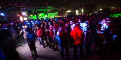 Jovenes durante una fiesta en La mezcalera