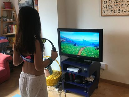 La pequeña, jugando a Ring Fit Adventure durante el confinamiento.