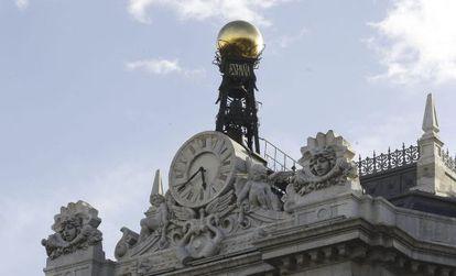 Reloj en la fachada de la sede del Banco de España, en la plaza de Cibeles en Madrid.