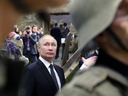 El presidente ruso, Vladímir Putin, durante la visita a una exposición, ayer en San Petersburgo.