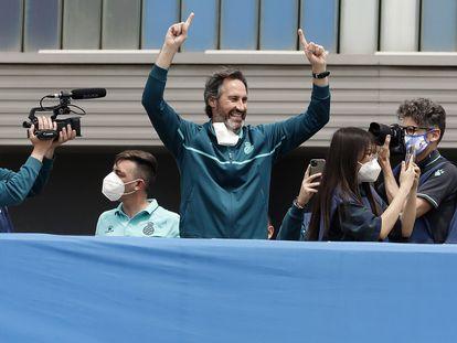 Vicente Moreno celebra, junto a los jugadores y a los aficionados del Espanyol, el ascenso a Primero en el RCDE Stadium.