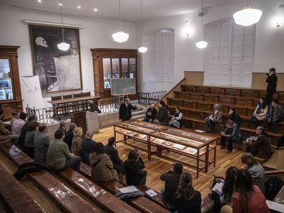 Un actor representa a Ramón y Cajal en el aula en la que impartió clase hasta 1922.