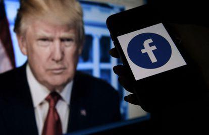 Una imagen del expresidente Donald Trump y el logo de Facebook en un móvil en Arlington, Virginia.