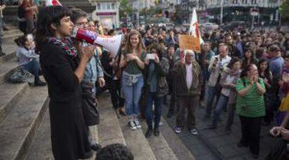 Teresa Rodríguez, de Podemos, se dirige a una manifestación a favor de un referéndum sobre la monarquía el pasado junio en Bruselas.