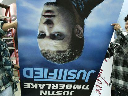 Dos trabajadores de una tienda de discos de California retiran un cartel de Timberlake en febrero de 2004 tras la controversia por el episodio sucedido en la Super Bowl de ese año. 17 años después, Justin ha encontrado un enemigo aún más ruidoso que los espectadores conservadores: los jóvenes 'tiktokers' que no lo consideran ya relevante y contemporáneo.