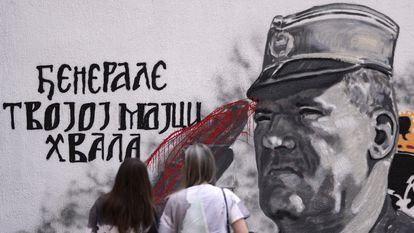 Mural en Sarajevo en honor de Ratko Mladic vandalizado con pintura roja, el 24 de julio