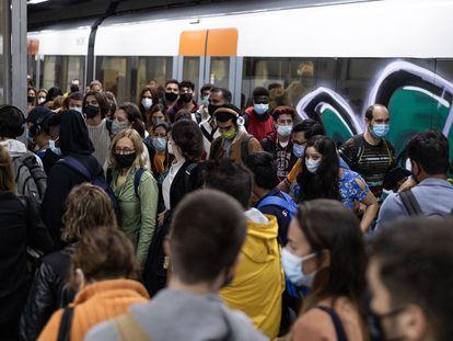 Concentraciones de pasajeros en las estaciones de Rodalies en Barcelona, debido a la huelga de maquinistas de la pasada semana.