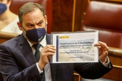 José Luis Ábalos exhibe en el Congreso un informe encargado por el PP en 2012 para el cobro por el uso de autovías.