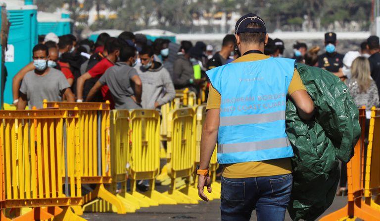 Un agente de Frontex en el muelle de Arguineguín (Gran Canaria).