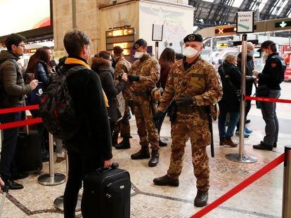 Agentes de policía y soldados, este lunes en un control de pasajeros en la estación central de Milán (Italia).