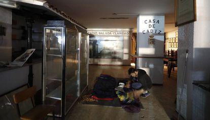 Sin techo llevan ocho días durmiendo en la antigua Casa de Cádiz