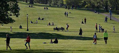 Gente en un parque de East London el 25 de abril.
