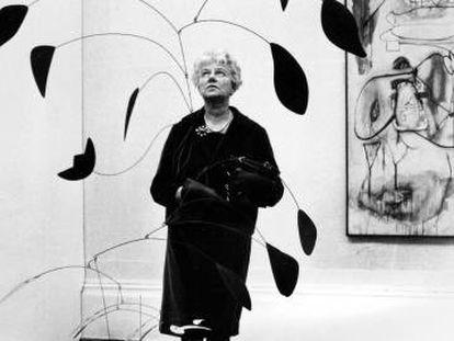 Peggy Guggenheim observa un móvil de aluminio pintado en la Tate Gallery de Londres en 1964.