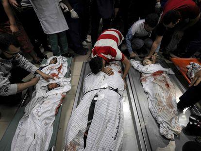 Un palestino lloraba sobre el cuerpo sin vida de un familiar, este sábado en la ciudad de Gaza.