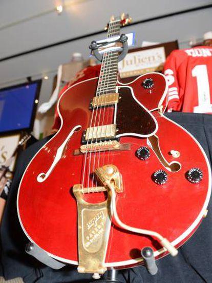 Una guitarra Gibson que perteneció a David Bowie, en una imagen de 2012.