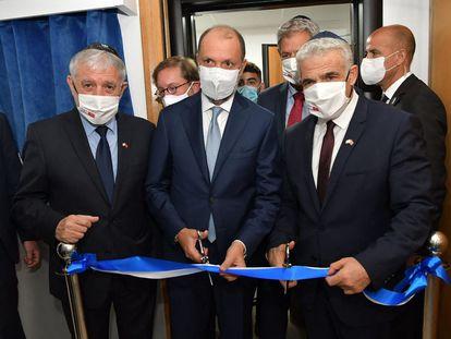 El ministro de Asuntos Exteriores israelí, Yair Lapid, y el ministro de Asuntos Africanos de Marruecos, Mohcine Jazouli (C), cortan la cinta de inauguración de la nueva oficina de enlace israelí, este jueves en Rabat (Marruecos).