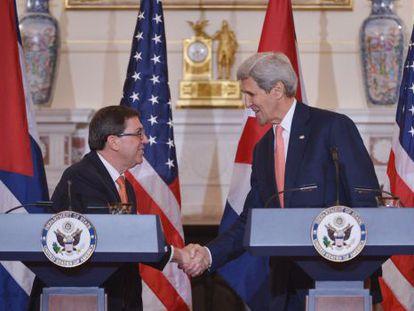 El secretario de Estado John Kerry y el canciller cubano Bruno Rodríguez