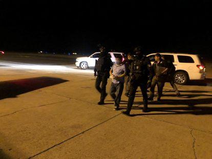 Policías trasladan al exgobernador de Puebla, Mario Marín, a Cancún en donde responderá por la acusación de tortura en contra de la periodista Lydia Cacho, en una imagen del pasado febrero .
