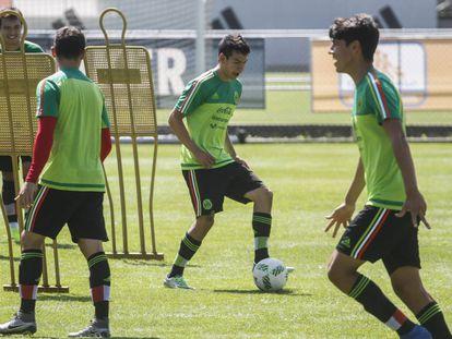 Hirving Lozano (c) durante un entrenamiento