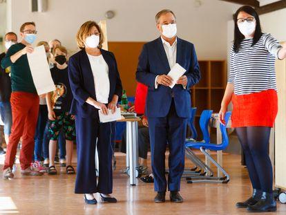 El candidato democristiano (CDU), Armin Laschet, junto a su esposa, antes de votar en un colegio electoral de Aachen.