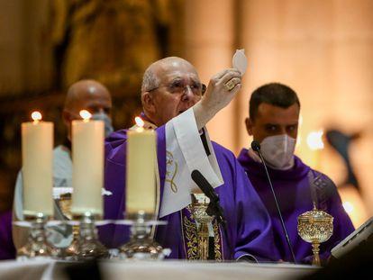 El cardenal arzobispo de Madrid y vicepresidente de la Conferencia Episcopal Española (CEE), Carlos Osoro, en la catedral de La Almudena en noviembre de 2020.