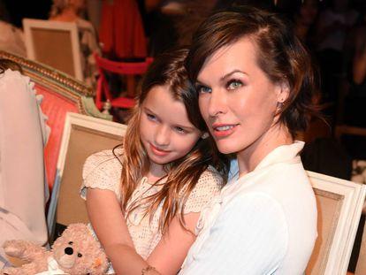 Milla Jovovich con su hija Ever Gabo Anderson, en un acto en Berlín de 2016.