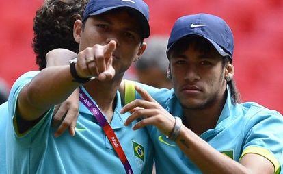 Neymar, a la derecha, junto al central Thiago Silva.