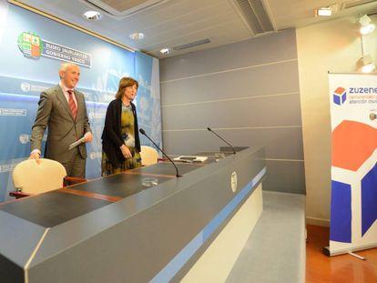 El portavoz del Gobierno vasco, Josu Erkoreka, hoy junto a la consejera Cristina Uriarte.