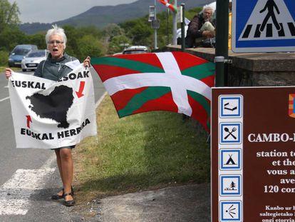 Una mujer reclama el acercamiento de los presos en Cambo-les-Bains (Francia) el 4 de mayo.