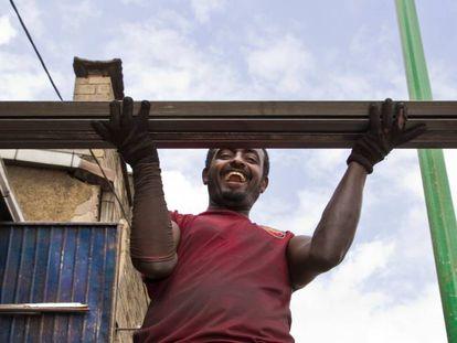 El boom de la construcción en Etiopía está contribuyendo a impulsar una de las economías de más rápido crecimiento de África, no sin suscitar grandes dudas sobre las disparidades de acceso a la vivienda como derecho fundamental.