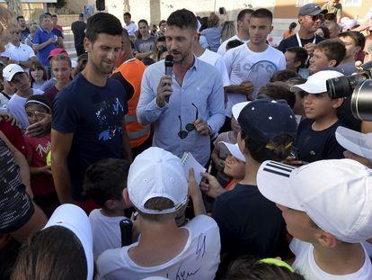 Djokovic, junto a Zverev, Coric y Dimitrov, rodeado de aficionados en una plaza de Zadar (Croacia) la semana pasada. / Z. K. (AP)