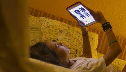 Una adolescente visita una web de contenido nocivo.