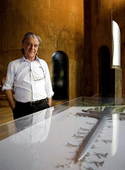 Ricardo Bofill, ayer, ante las maquetas de la T-1 (abajo, boceto inicial) y el hotel Vela.